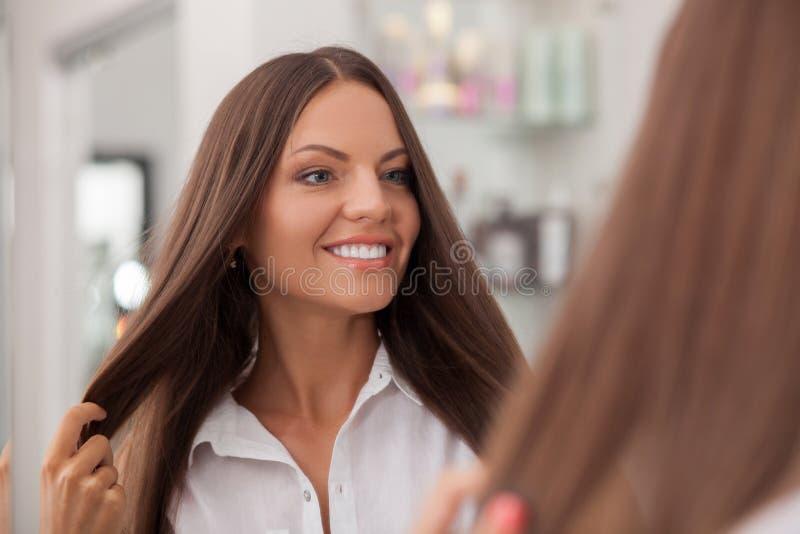 La giovane donna attraente è soddisfatta con lei fotografie stock