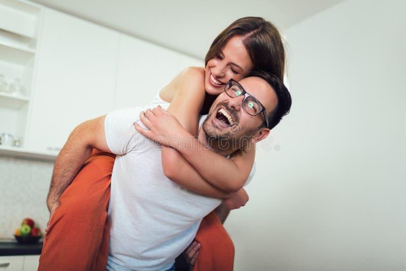 La giovane donna attraente e l'uomo bello stanno godendo di spendendo il tempo insieme immagini stock