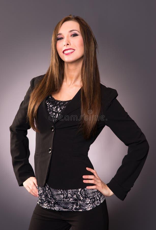 La giovane donna attraente impertinente di affari attacca l'essudazione del petto fotografie stock