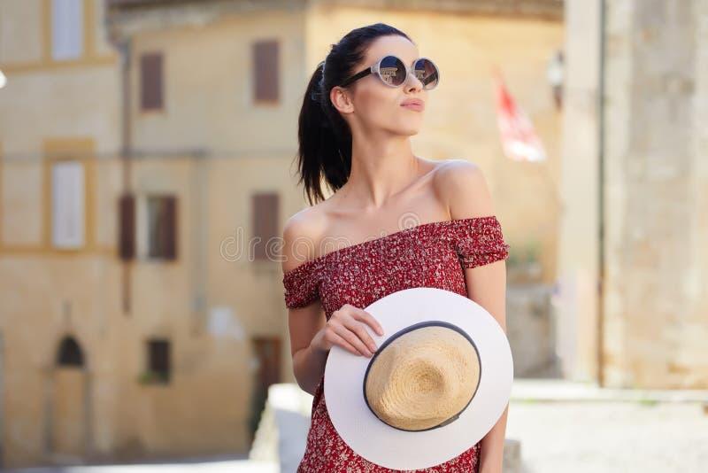 La giovane donna cammina intorno alla città fotografia stock