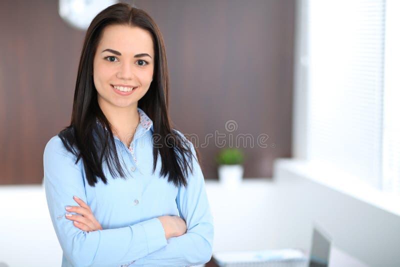 Download La Giovane Donna Castana Di Affari Assomiglia Ad Una Ragazza Dello Studente Che Lavora Nell'ufficio Condizione Ispana O Dell'Amer Immagine Stock - Immagine di sorridere, positivo: 117978597