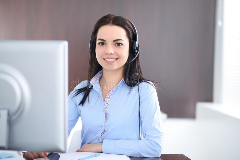 La giovane donna castana di affari assomiglia ad una ragazza dello studente che lavora nell'ufficio Ragazza ispana o dell'America fotografia stock libera da diritti