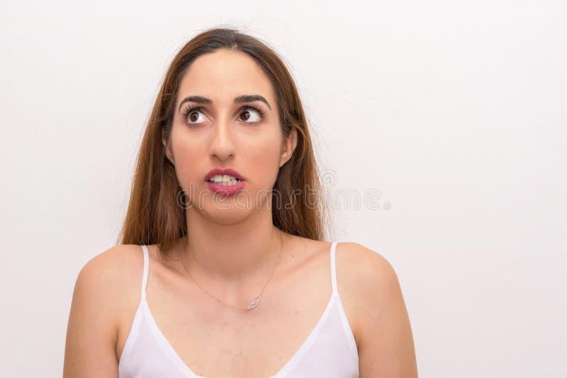 La giovane donna caucasica sembra provare a ricordare qualcosa fotografie stock libere da diritti