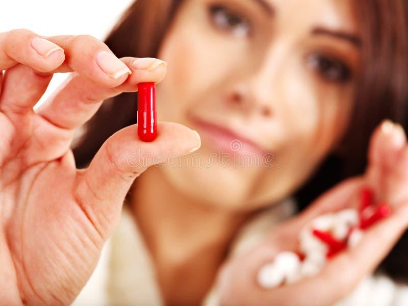 La Giovane Donna Che Ha Influenza Cattura Le Pillole. Immagine Stock