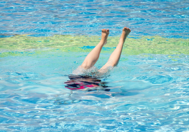 La giovane donna che salta nell'acqua fotografie stock