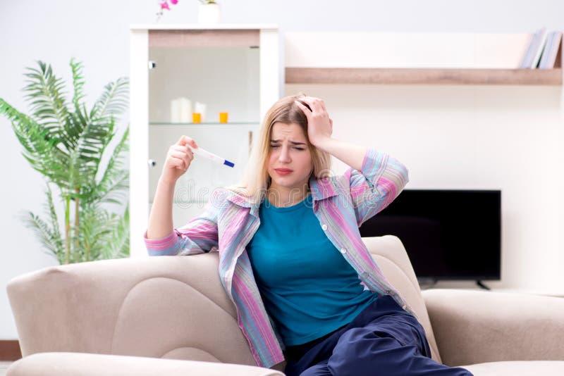 La giovane donna che scopre circa la sua gravidanza immagine stock