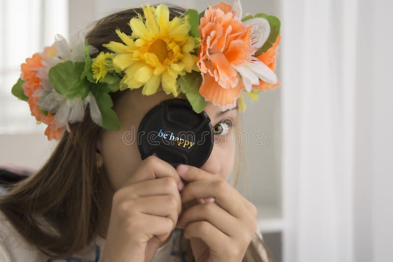 La giovane donna comincia felice fotografie stock