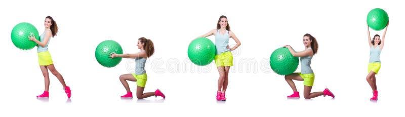 La giovane donna con la palla che si esercita sul bianco fotografie stock libere da diritti