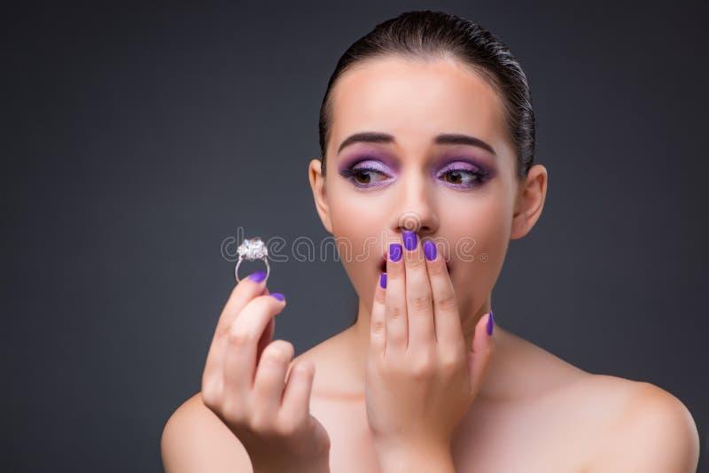 La giovane donna con la proposta dell'anello di diamante di matrimonio fotografia stock libera da diritti