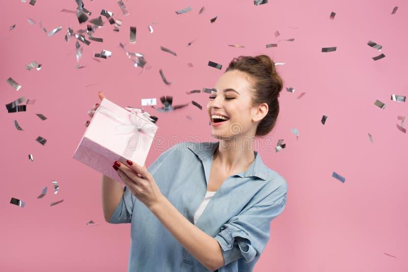 La giovane donna contentissima sta celebrando il suo compleanno fotografie stock libere da diritti