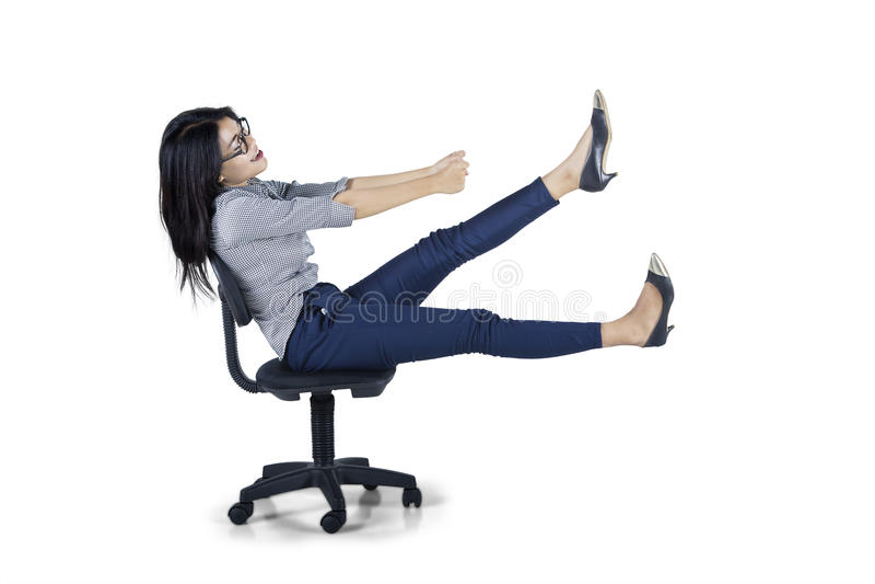 La giovane donna di affari guida la sedia in studio immagini stock libere da diritti