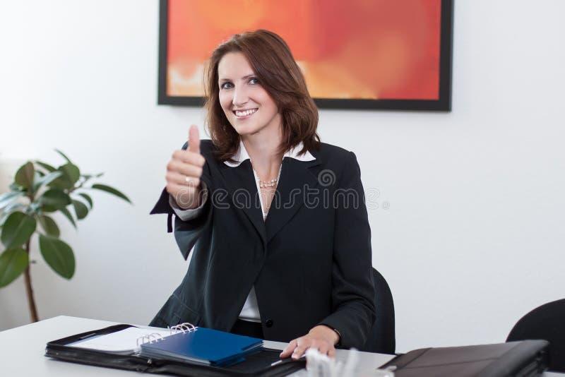 La giovane donna di affari mostra il pollice in su immagine stock libera da diritti