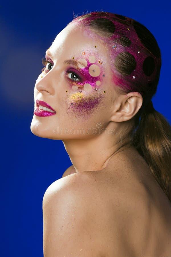 La giovane donna di bellezza con Halloween creativo compone, lamé di mistero fotografia stock