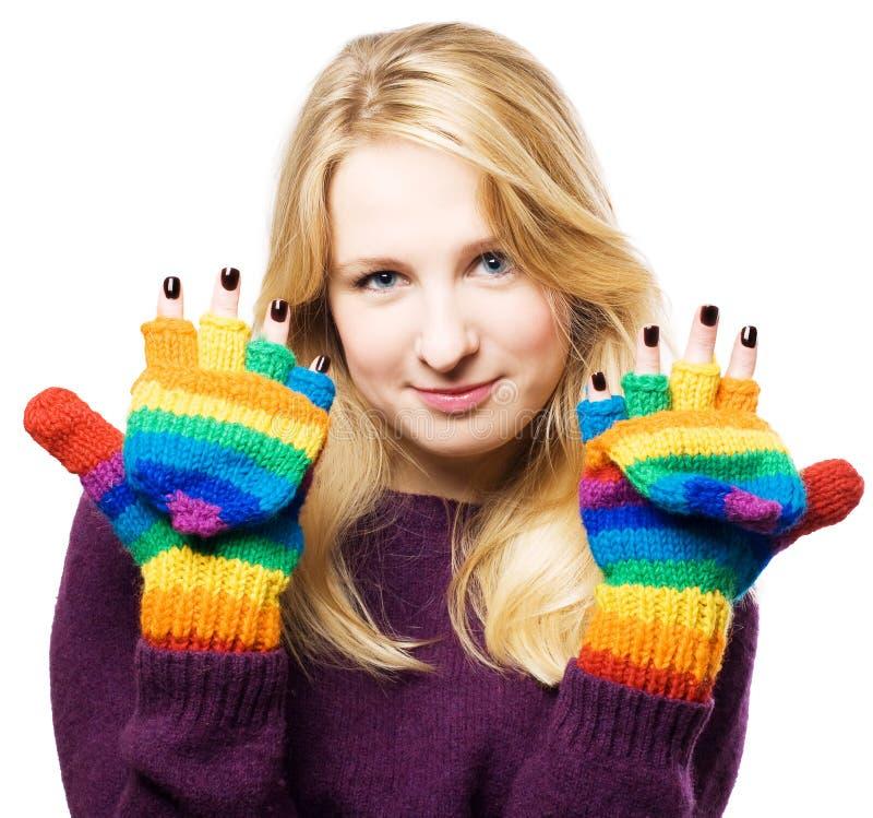 La giovane donna di bellezza mostra il manicure fotografia stock libera da diritti