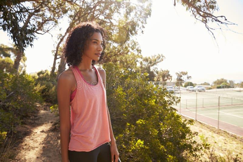 La giovane donna di colore che prende una rottura durante lei funziona fotografia stock libera da diritti