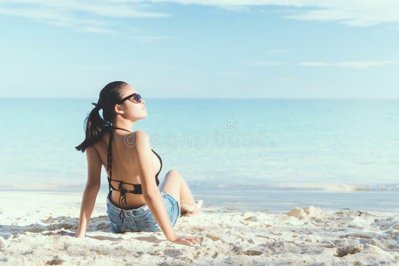 La giovane donna di modo si rilassa sulla spiaggia fotografie stock libere da diritti