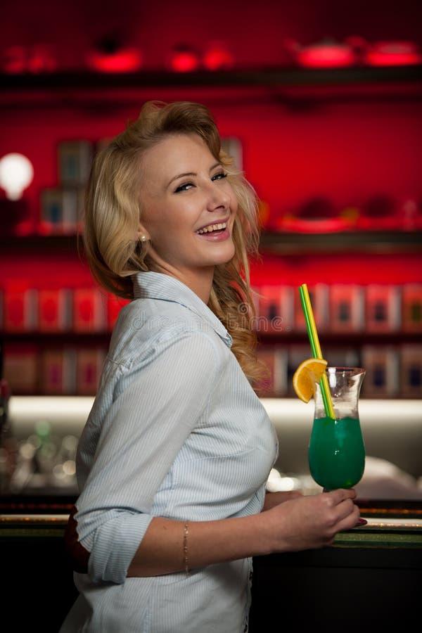 La giovane donna di Preety beve il cocktail in un night-club immagine stock libera da diritti