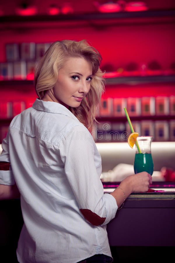 La giovane donna di Preety beve il cocktail in un night-club fotografie stock libere da diritti
