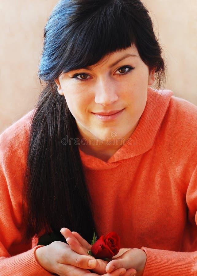 La giovane donna ed è aumentato fotografia stock libera da diritti