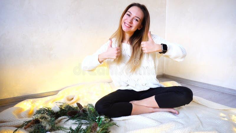 La giovane donna felice è soddisfatta delle feste e delle vacanze del nuovo anno, immagine stock libera da diritti
