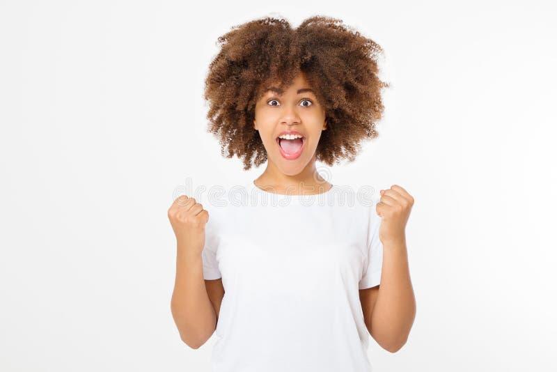 La giovane donna felice di afro su fondo bianco in maglietta copre Copi lo spazio Derisione su Maglietta bianca di estate dello s immagini stock libere da diritti