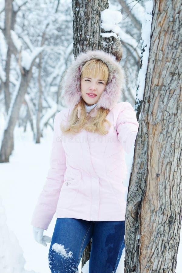 La giovane donna graziosa bionda ha un resto all'aperto nell'inverno immagini stock libere da diritti