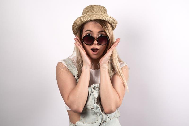 La giovane donna graziosa che posa per un ritratto con sorpreso eccita fotografie stock libere da diritti