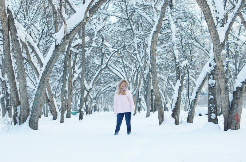 La giovane donna graziosa ha un resto all'aperto nell'inverno fotografie stock libere da diritti