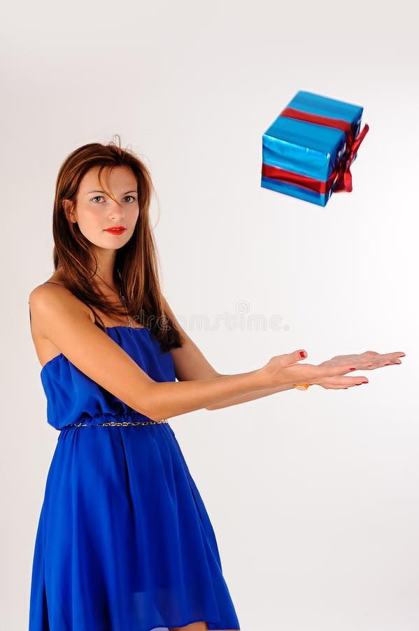 La giovane donna graziosa prende il contenitore di regalo fotografia stock libera da diritti