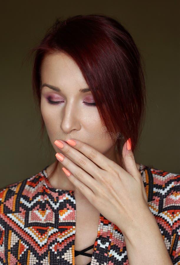 La giovane donna gridante della testarossa con il ritratto degli occhi neri immagine stock