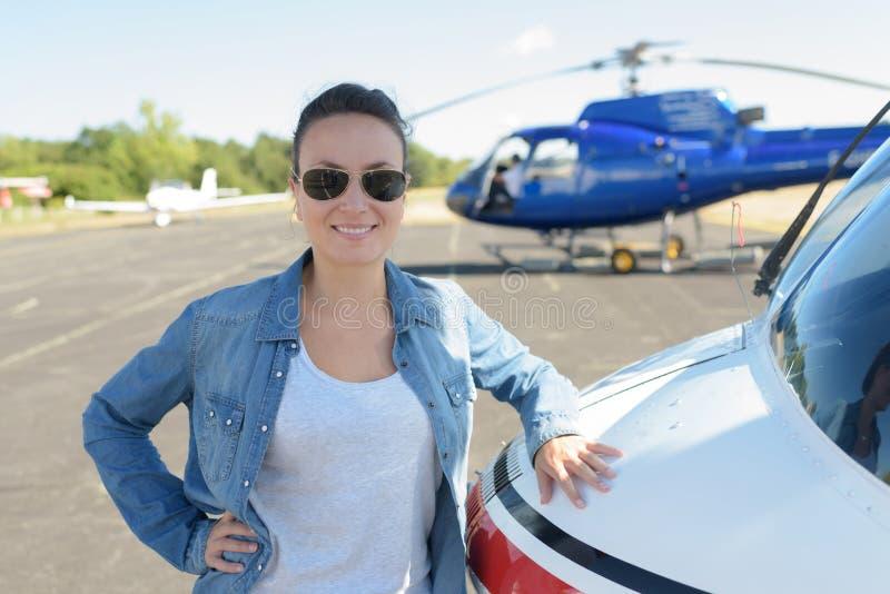 La giovane donna ha ordinato il biglietto di giro dell'elicottero fotografia stock