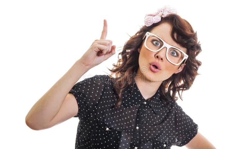 La giovane donna ha un'idea e mostra con il suo dito su fotografie stock