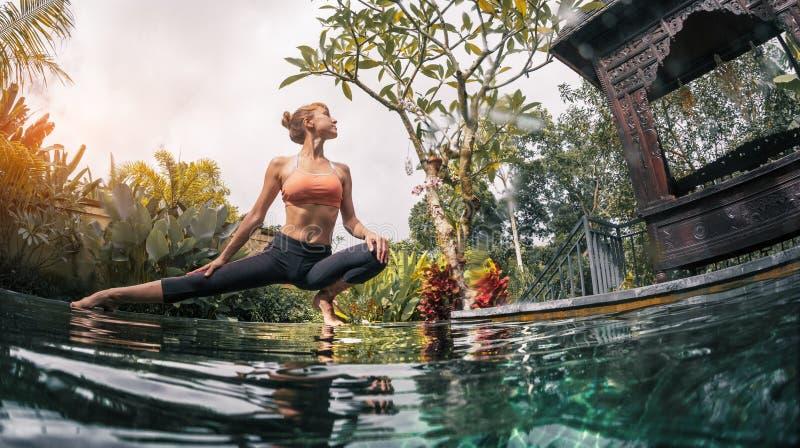 La giovane donna medita immagine stock
