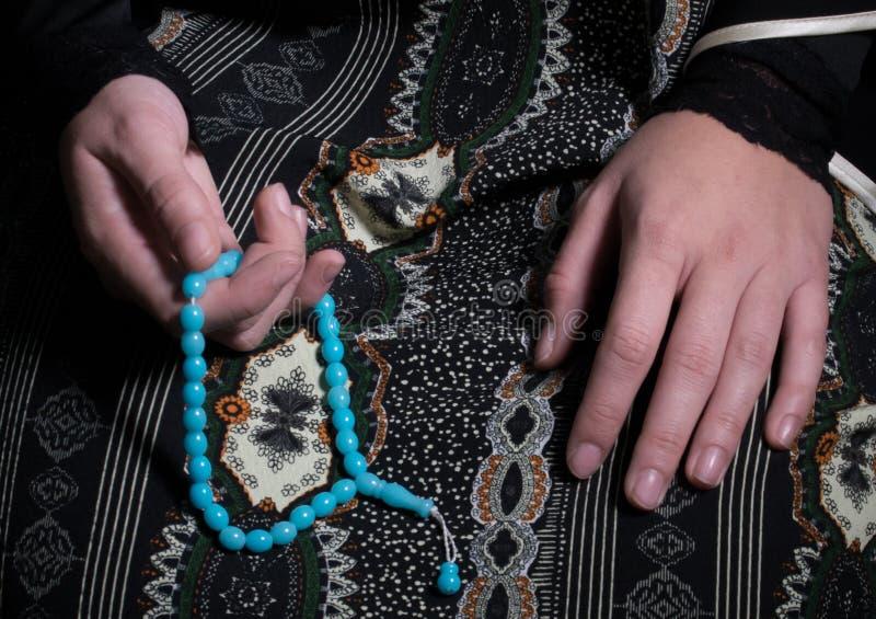 La giovane donna musulmana prega in moschea immagine stock