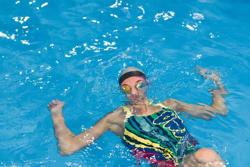 La giovane donna nella piscina subacquea, ha avuta crampo ed è stata annegata immagini stock libere da diritti
