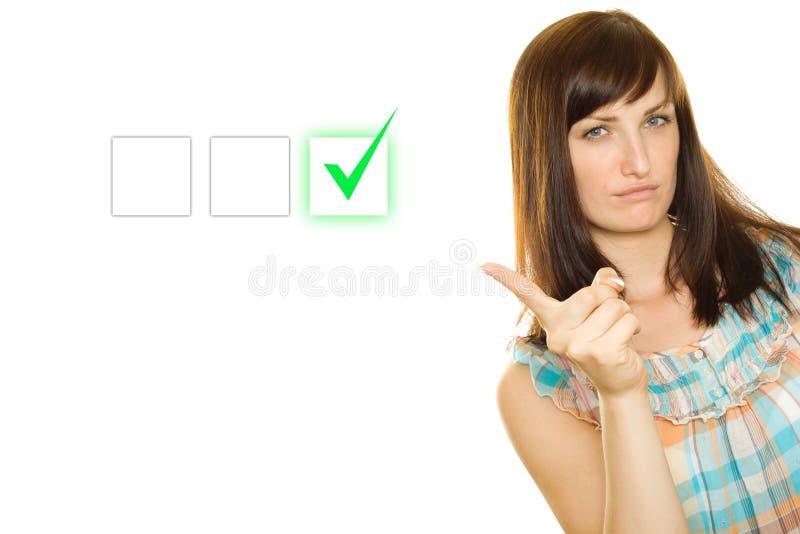 La giovane donna opera una scelta immagine stock
