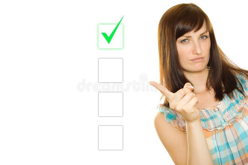 La giovane donna opera una scelta fotografie stock