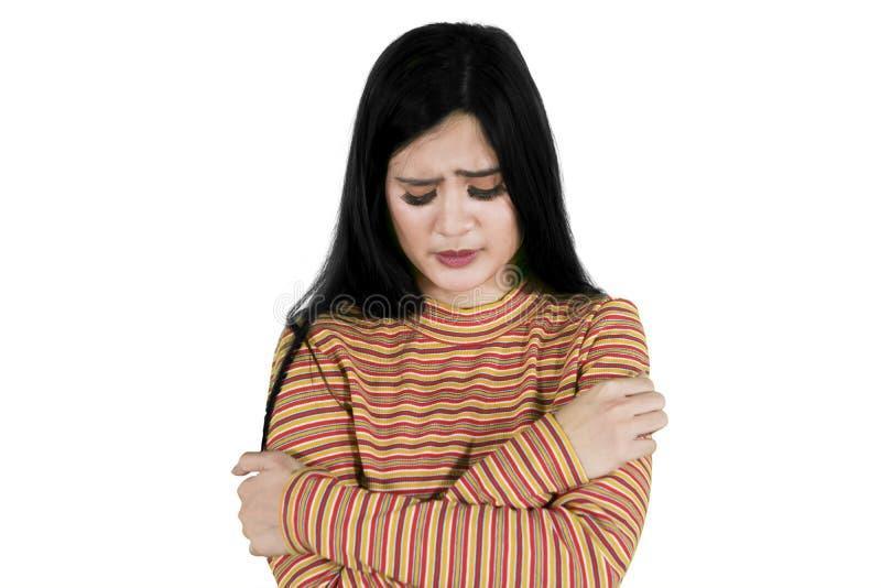 La giovane donna sembra triste sullo studio fotografie stock libere da diritti