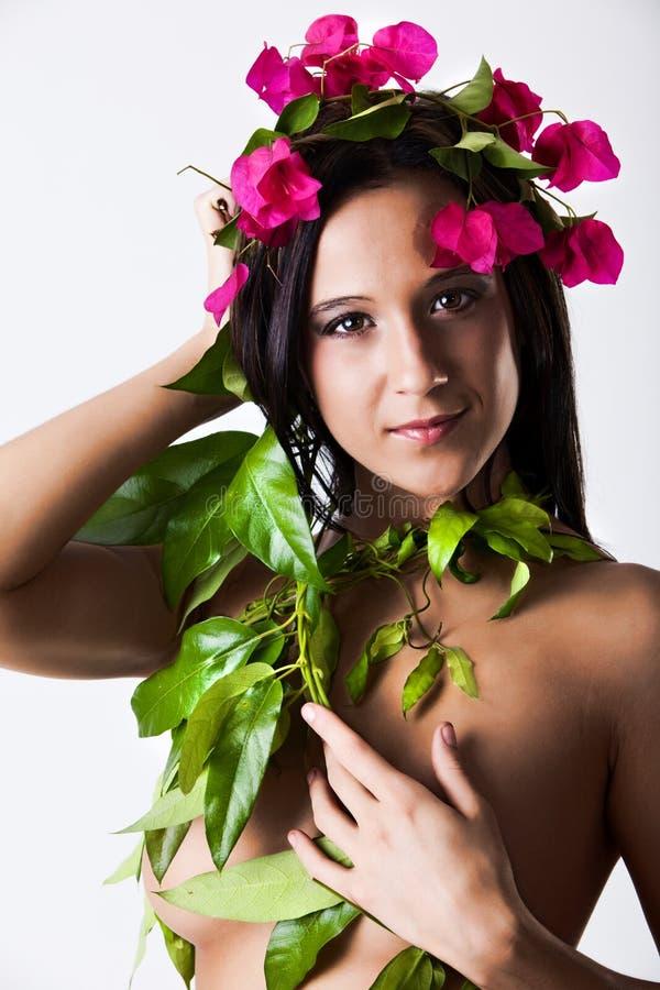 La giovane donna sexy si è vestita in natura fotografia stock