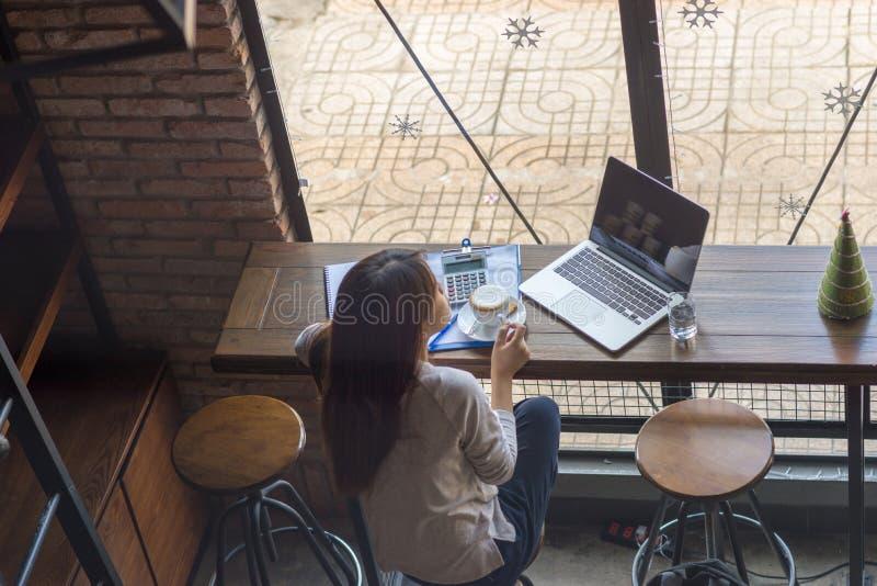 La giovane donna si rilassa con una tazza di caffè immagini stock libere da diritti