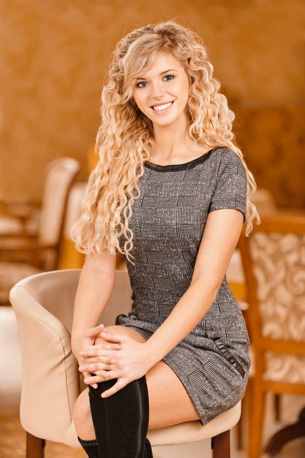 La giovane donna si siede in bello immagini stock libere da diritti