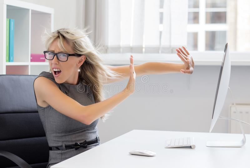 La giovane donna sovraccarica non può trattare quel carico di lavoro più fotografie stock