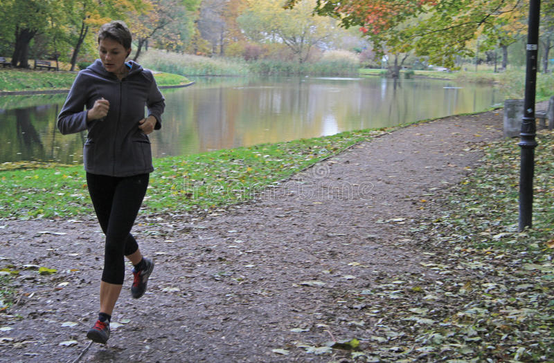 La giovane donna sta correndo nel parco di Varsavia immagine stock