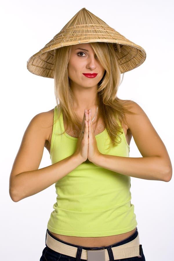 La giovane donna in un cappello di paglia fotografie stock libere da diritti