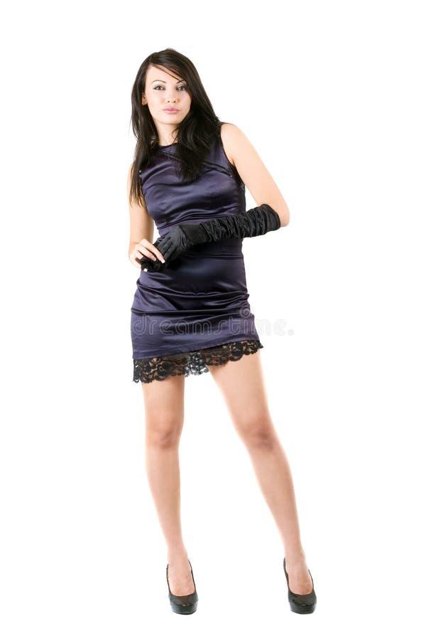 La giovane donna in un vestito viola fotografia stock libera da diritti