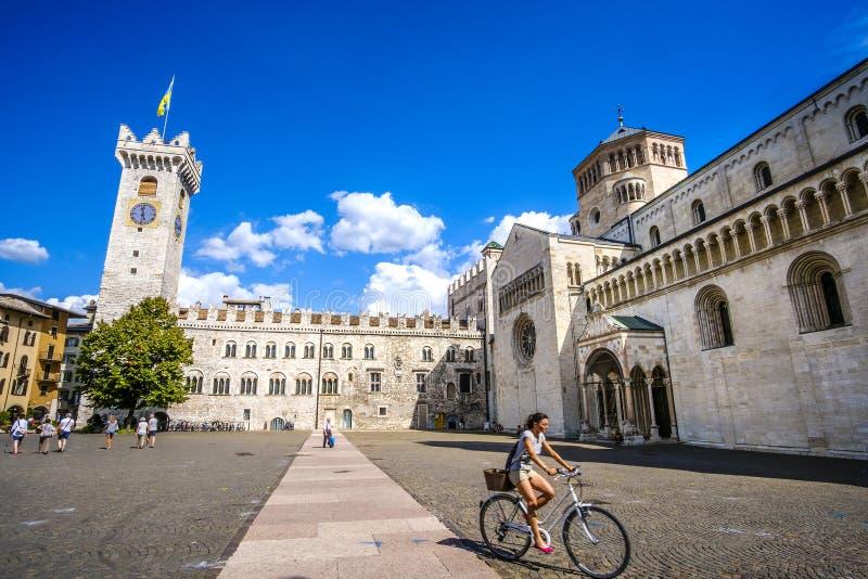 La giovane donna va bicicletta in Piazza Duomo, Trento Viaggi in bicicletta in Italia, viaggio culturale in Italia immagine stock