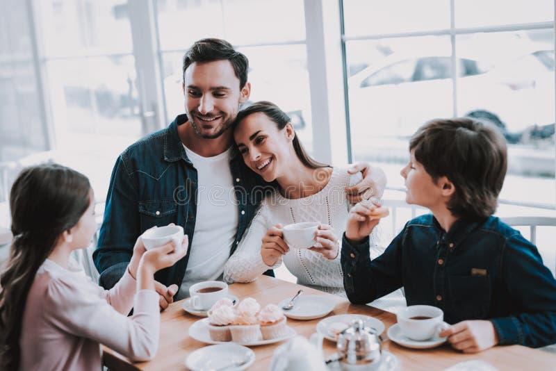 La giovane famiglia sta riposando in caffè immagine stock