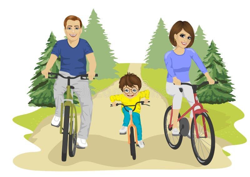 La giovane guida caucasica del bambino della famiglia, del padre, della madre e del ragazzo va in bicicletta di estate in campagn illustrazione di stock