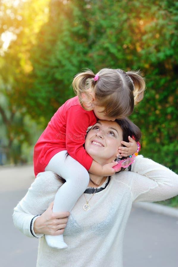 La giovane madre e la sua ragazza sveglia si divertono nella vigna di autunno fotografia stock libera da diritti