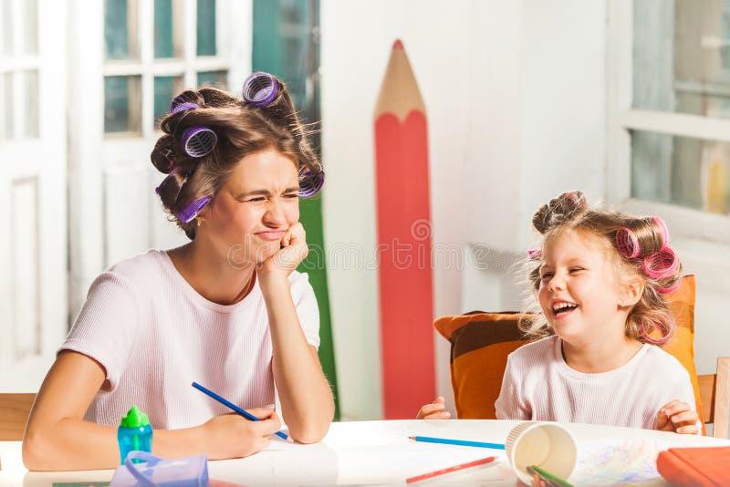 La giovane madre ed il suo piccolo disegno della figlia for Piccolo piano di pagamento della casa